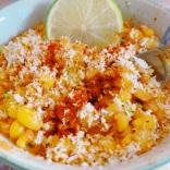 Corn Esquites, un petit pot de maïs grillé, coco, citron vert et paprika